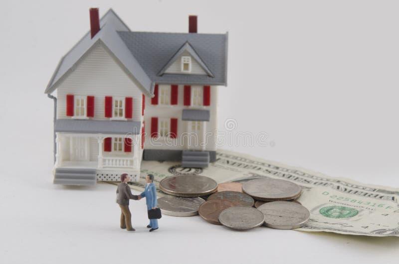 Huissleutel met de toepassing van de hypotheeklening royalty-vrije stock afbeelding
