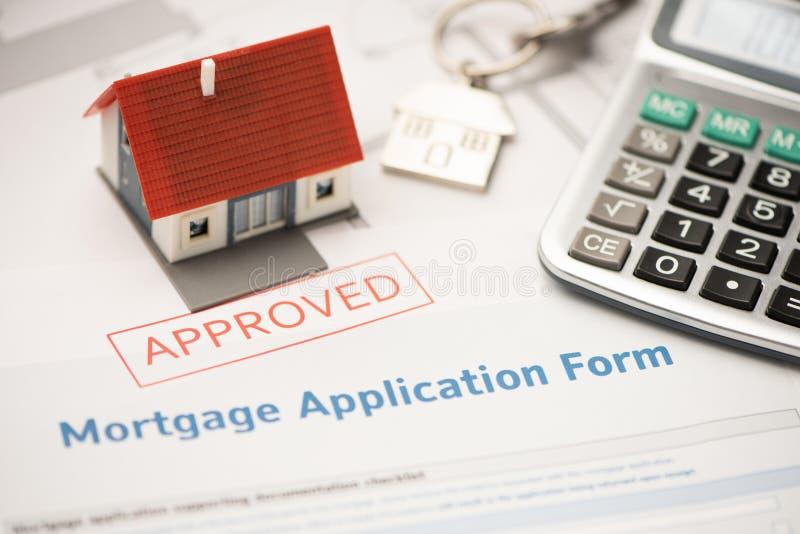 Huissleutel met de toepassing van de hypotheeklening Investering, bezit royalty-vrije stock afbeelding