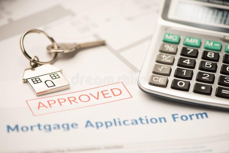 Huissleutel met de toepassing van de hypotheeklening Investering, bezit royalty-vrije stock foto