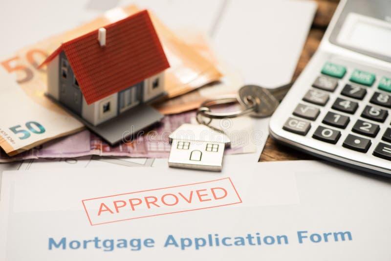 Huissleutel met de toepassing van de hypotheeklening Investering, bezit royalty-vrije stock foto's