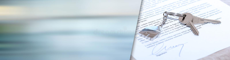 Huissleutels op een ondertekend contract Panoramische banner stock foto