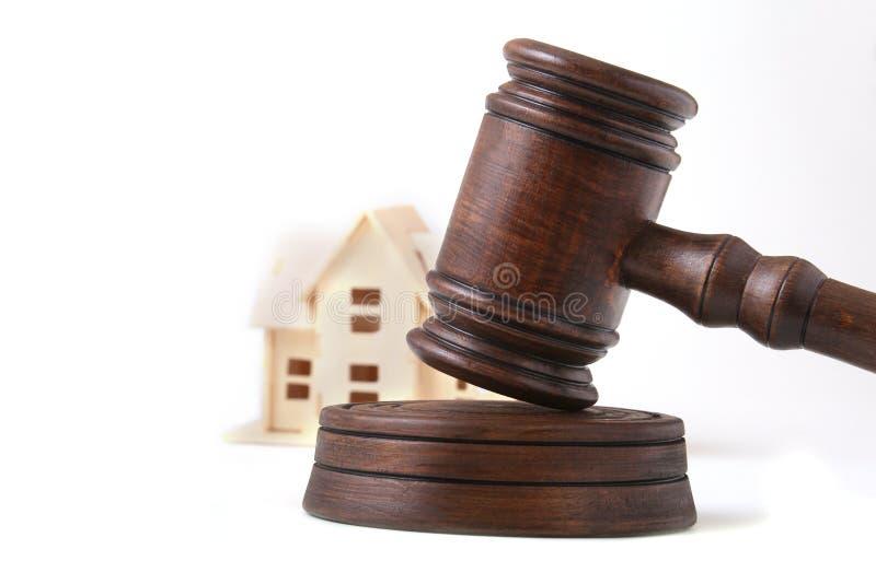 Huisveiling, veilingshamer, symbool van gezag en Miniatuurhuis Rechtszaalconcept royalty-vrije stock afbeeldingen