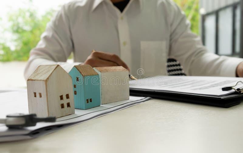 Huisverkoop die een document ondertekenen stock afbeeldingen