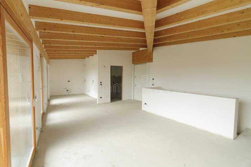 Huisvernieuwing: grote open plek met blootgestelde houten stralen stock foto's