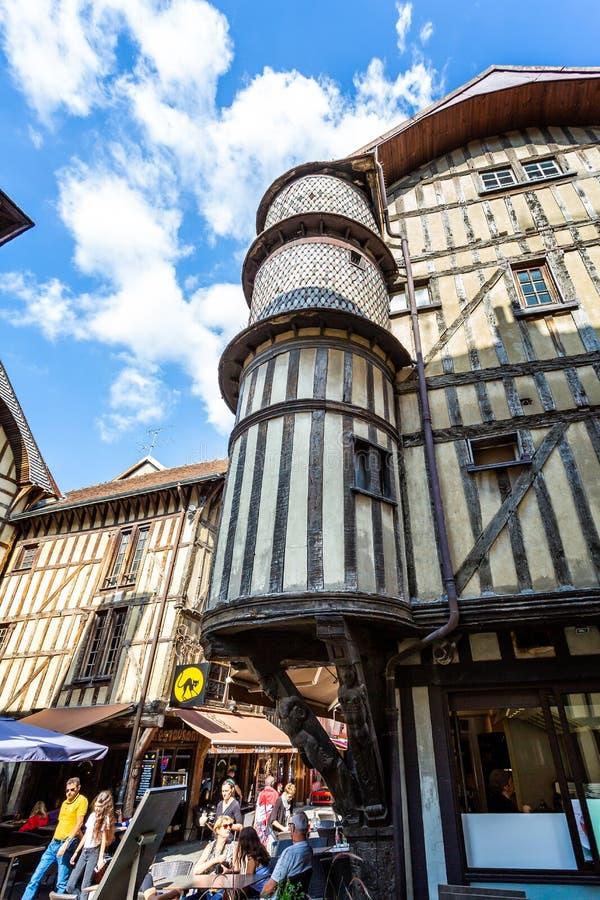 Huisvesten de Turreted middeleeuwse bakkers in historisch centrum van Troyes met half betimmerde gebouwen stock afbeelding