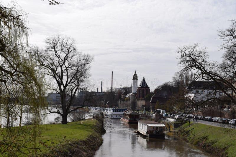 Huisvestingsboten in de rivier royalty-vrije stock afbeeldingen
