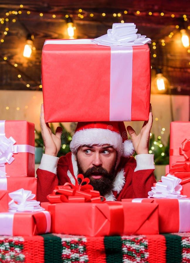 Huisvol plezier beerman gelukkig nieuwjaar Huidige doos met Xmas winterwinkelen Erg hoffelijk kerstcadeau stock afbeeldingen
