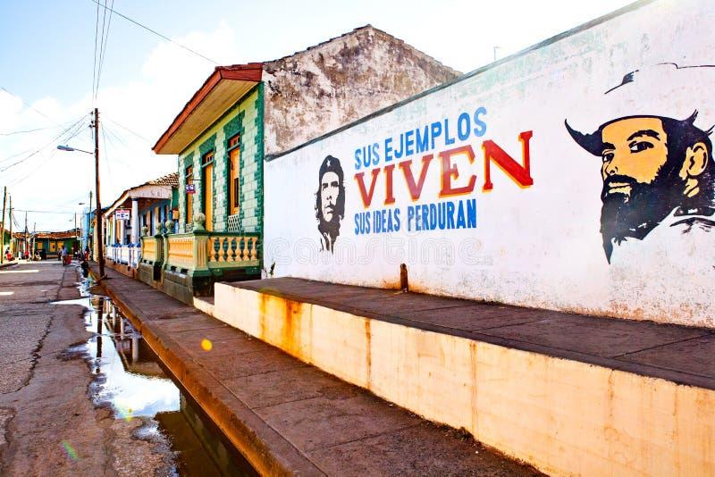 Huisvoorgevel in Baracoa met geschilderde communistische propaganda en CH stock foto