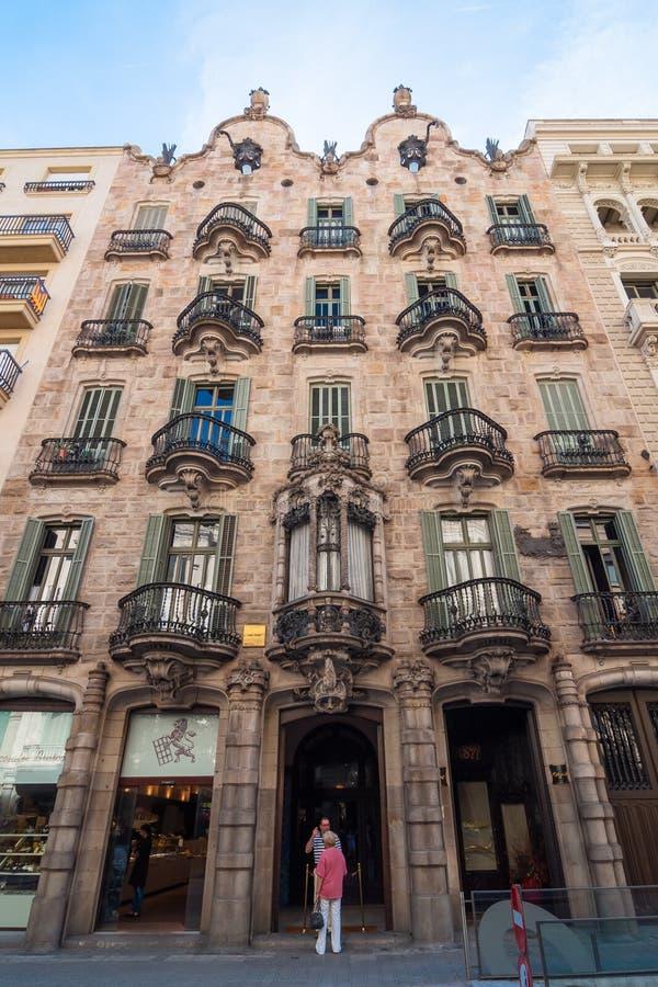 Huisvoorgevel Casa Calvet, door Antonio Gaudi wordt ontworpen dat Barcelona, Spanje royalty-vrije stock afbeeldingen