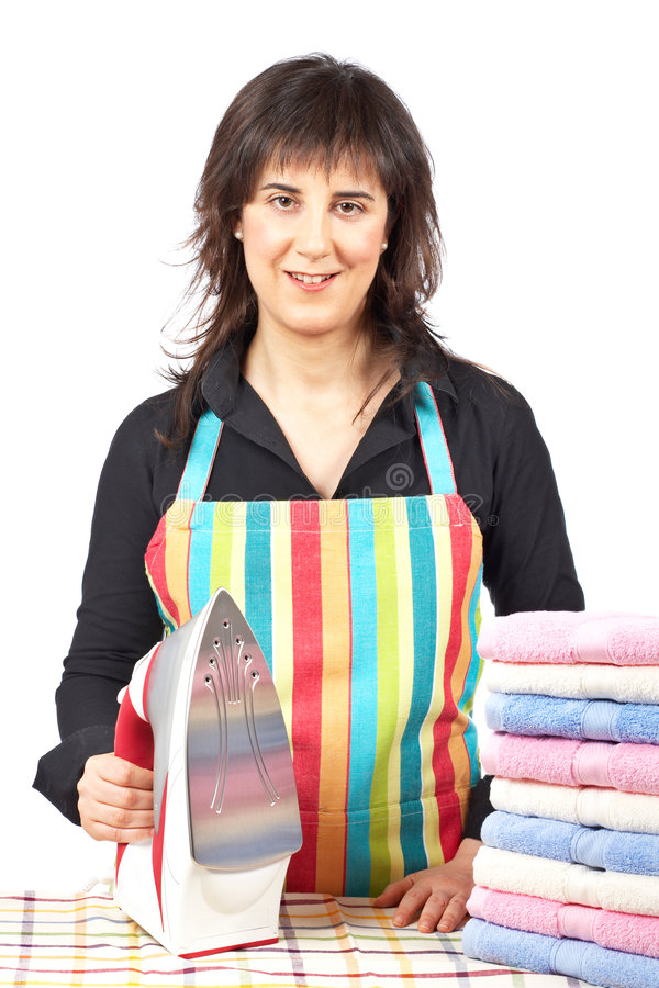 Huisvrouw dicht bij gestapelde handdoeken royalty-vrije stock foto