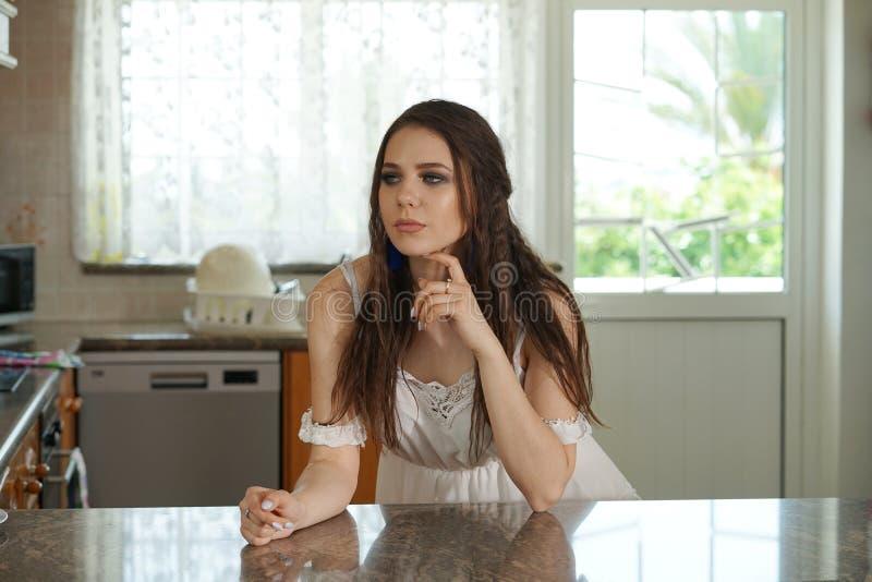 Huisvrouw in keuken stock foto's