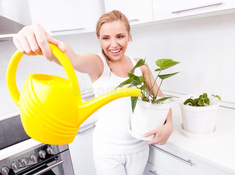Huisvrouw met bloemen royalty-vrije stock afbeelding