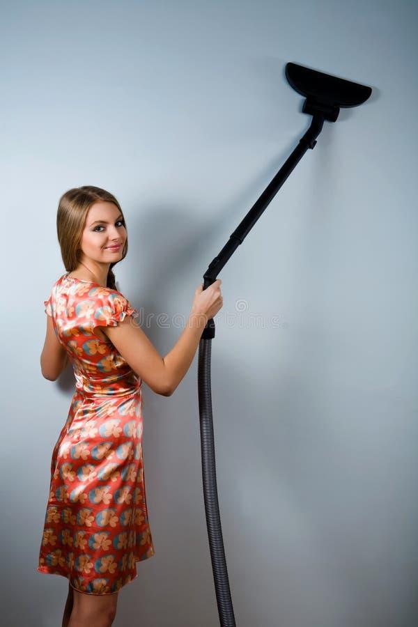 Huisvrouw met stofzuiger binnen royalty-vrije stock fotografie