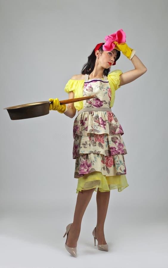 Huisvrouw in rubberhandschoen met grote pan royalty-vrije stock foto