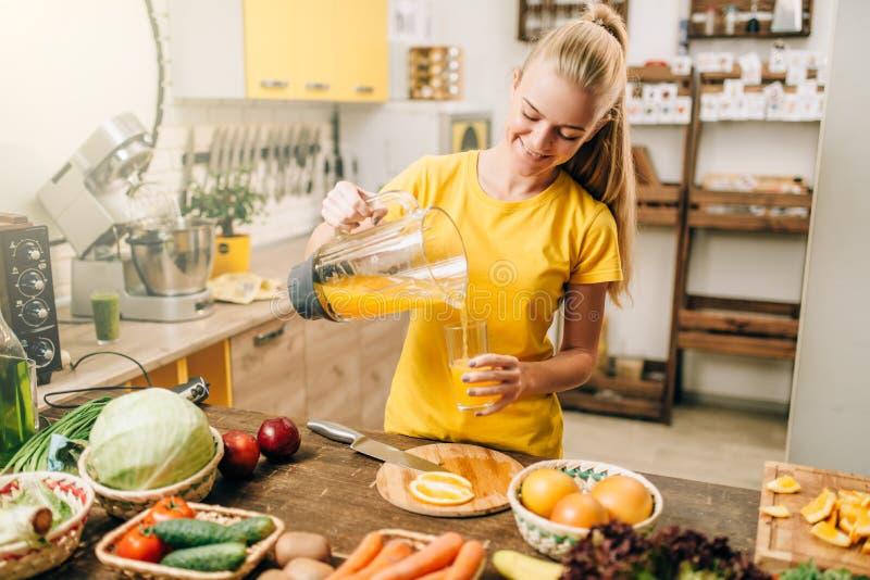 Huisvrouwen kokend jus d'orange, biovoedsel stock afbeeldingen