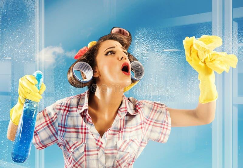 Huisvrouwen schoon glas royalty-vrije stock afbeeldingen