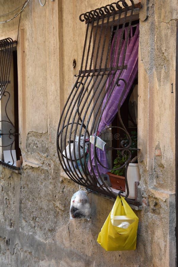 Huisvuil in de straten van Italië stock foto