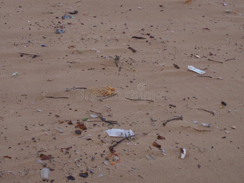 Huisvuil op het strand in Haven Stephens in Birubi-Punt stock afbeelding