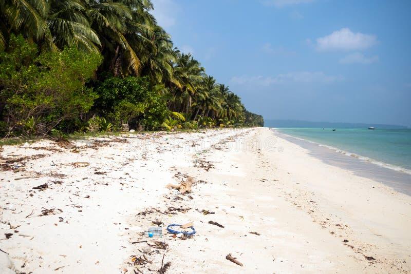 Huisvuil op het witte zandstrand van het eiland van de Maldiven stock foto's
