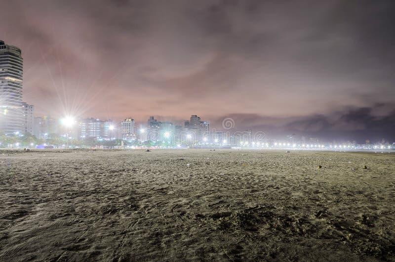 Huisvuil verlaten door zwemmers in het zand van het strand van Santos royalty-vrije stock foto's