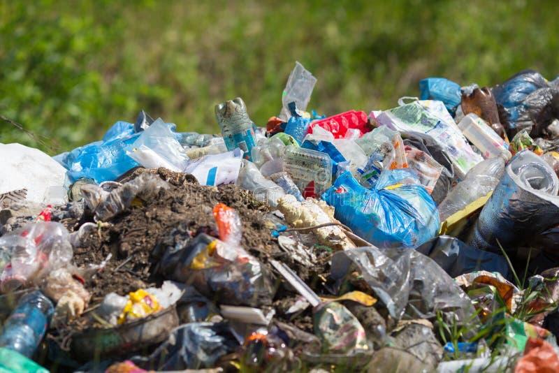 Huisvuilhoop openlucht ecologische crisisfoto stock afbeelding