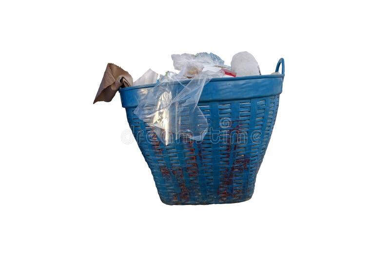 Huisvuilplastiek, document in blauwe mandbak die op witte achtergrond wordt geïsoleerd Knippende weg Sparen het aardeconcept royalty-vrije stock afbeeldingen