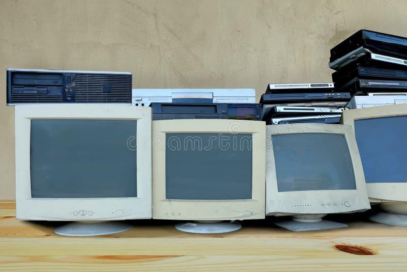 Huisvuilstortplaats, monitorcomputer en oude elektrische apparaten die of niet gebruikt gebroken zijn royalty-vrije stock afbeelding