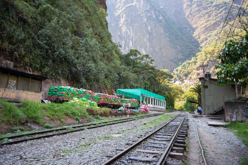 Huisvuiltrein klaar om uit Machu Picchu, Peru te reizen stock afbeeldingen