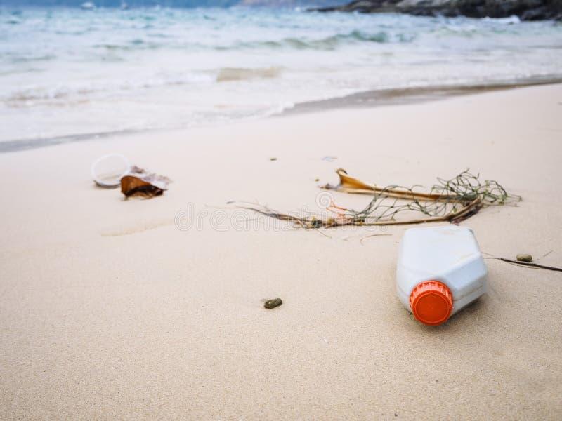 Huisvuilvuilnis bij het Afvalmilieuvervuiling van strand de Plastic Flessen stock foto's