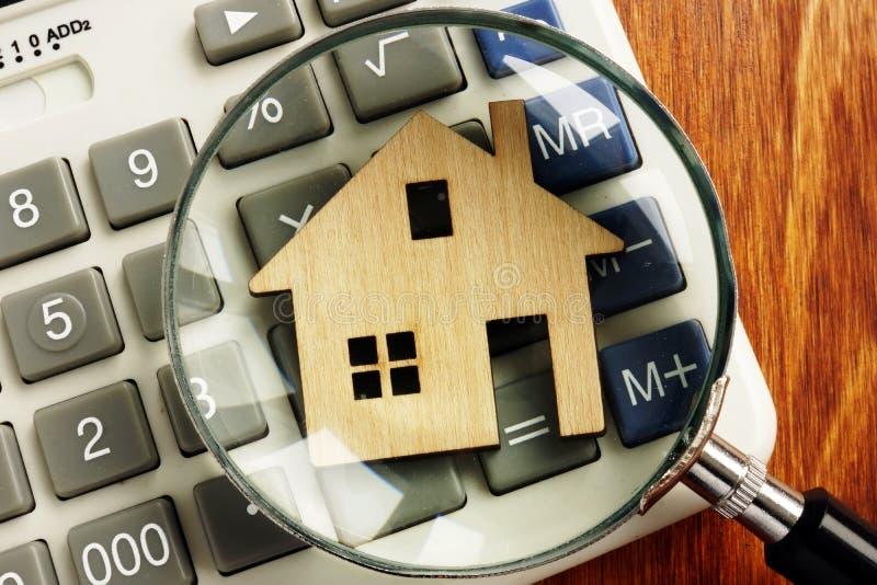 Huiswaarde Model van huis en vergrootglas stock foto's