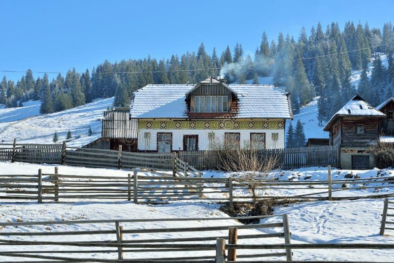 Huizen als paaseieren, in het dorp Ciocanesti, provincie Suceava, Roemenië worden geschilderd dat stock foto's