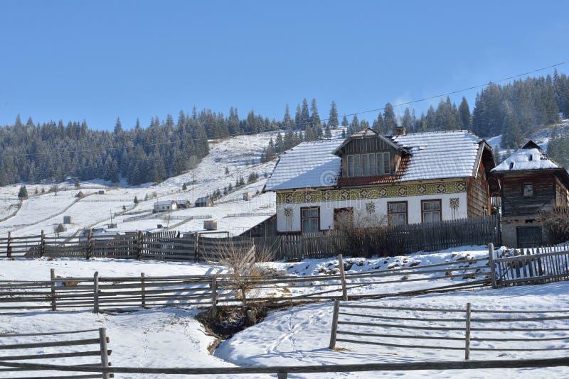 Huizen als paaseieren, in het dorp Ciocanesti, provincie Suceava, Roemenië worden geschilderd dat stock foto