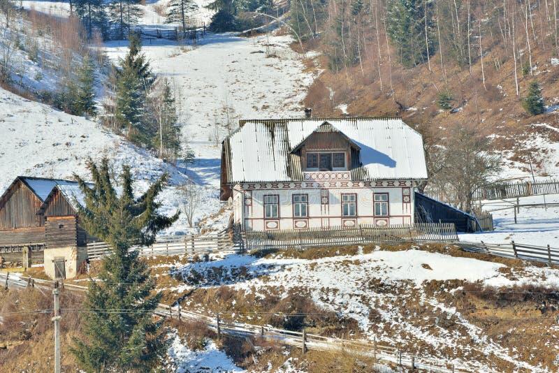 Huizen als paaseieren, in het dorp Ciocanesti, provincie Suceava, Roemenië worden geschilderd dat royalty-vrije stock fotografie