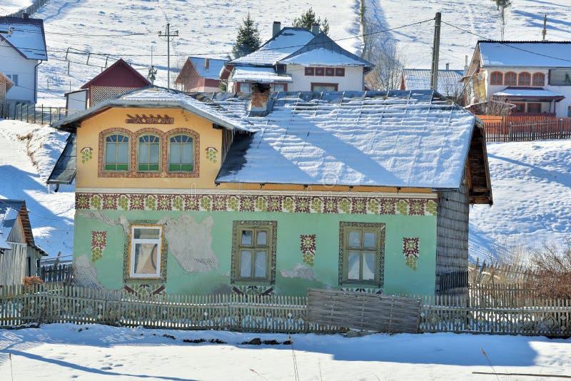 Huizen als paaseieren, in het dorp Ciocanesti, provincie Suceava, Roemenië worden geschilderd dat royalty-vrije stock afbeeldingen