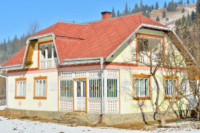 Huizen als paaseieren, in het dorp Ciocanesti, provincie Suceava, Roemenië worden geschilderd dat stock afbeeldingen
