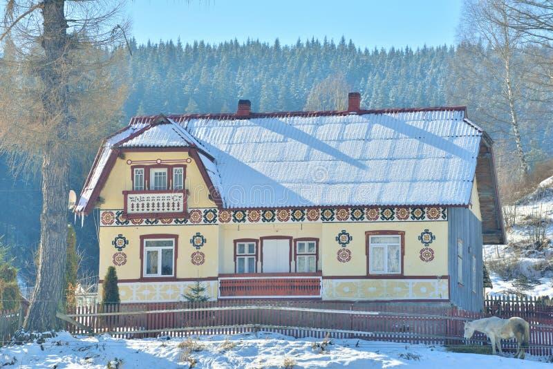Huizen als paaseieren, in het dorp Ciocanesti, provincie Suceava, Roemenië worden geschilderd dat royalty-vrije stock foto