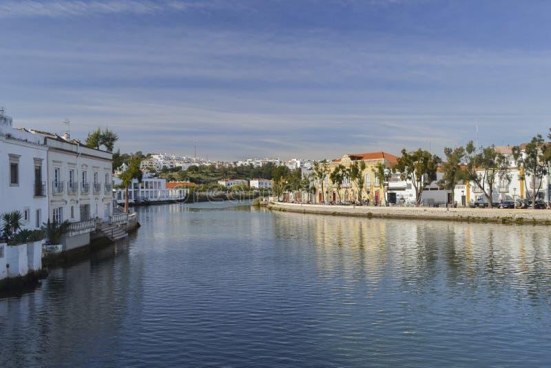Huizen bij de kust van de rivier royalty-vrije stock afbeelding