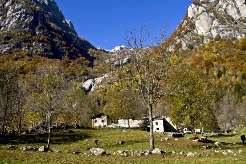 Huizen in de bergen stock afbeelding