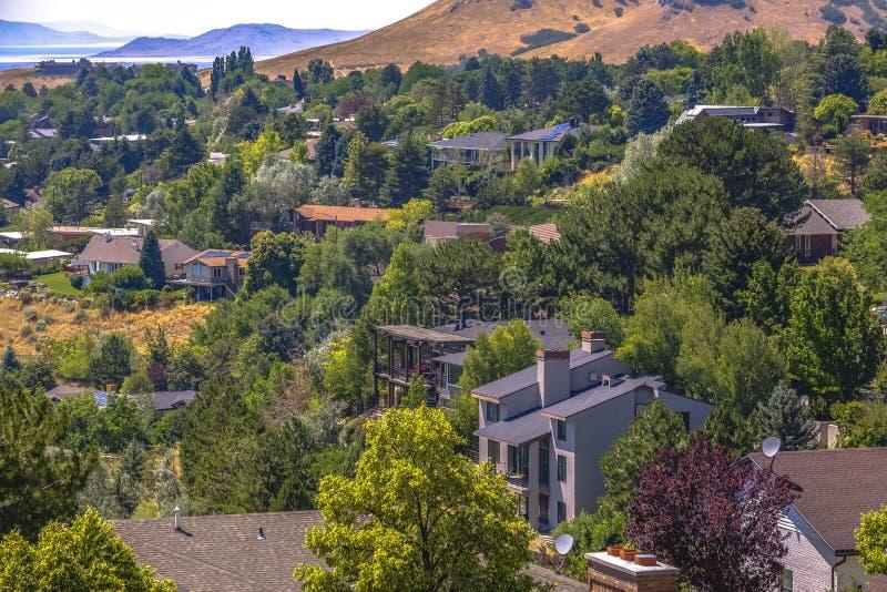 Huizen in de heuvels en de bomen royalty-vrije stock fotografie
