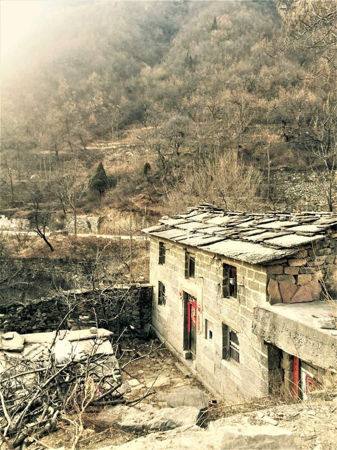 Huizen diep in bergen in linzhou, China stock foto's
