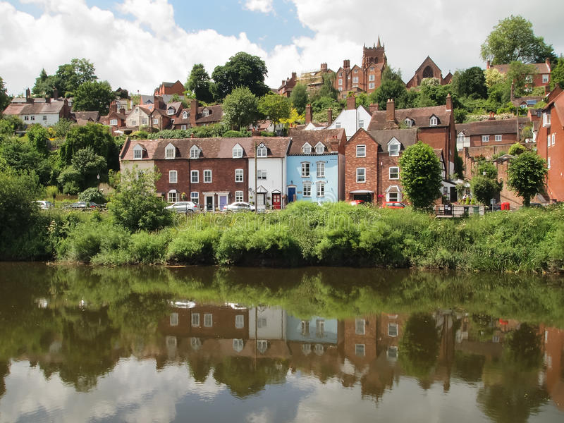 Huizen door de rivier Severn in Bridgenorth stock foto's