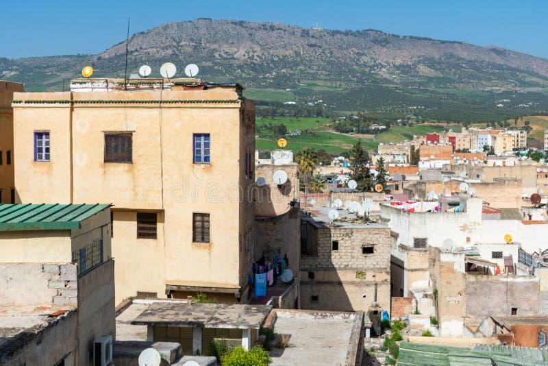 Huizen en Gebouwen in Medina van Fez Marokko met Heuvels en Bergen op de Achtergrond stock fotografie