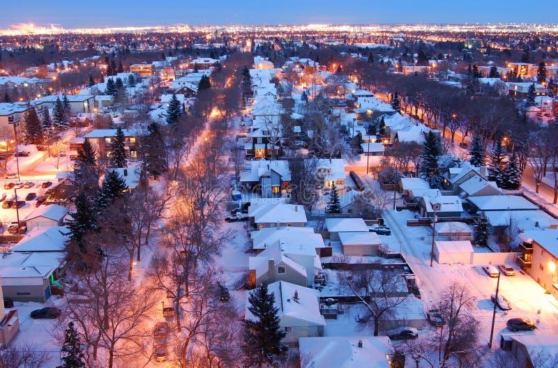 Huizen en straten in een de winternacht stock fotografie