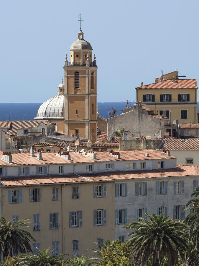 Huizen en toren van de Kathedraal van Ajaccio stock afbeelding