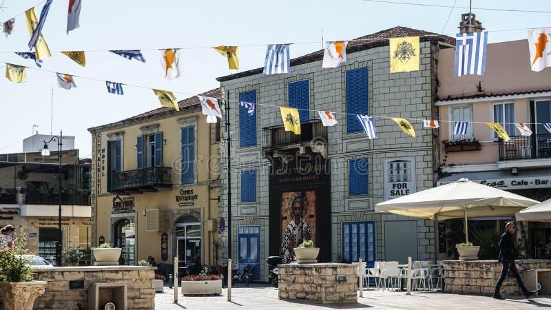 Huizen en vlaggen op de straten van Cyprus stock afbeelding