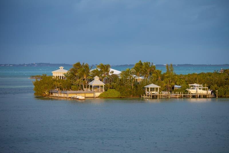 Huizen en water in de Caraïben stock afbeeldingen