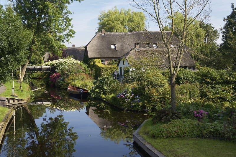 Huizen in idyllische Giethoorn royalty-vrije stock foto's