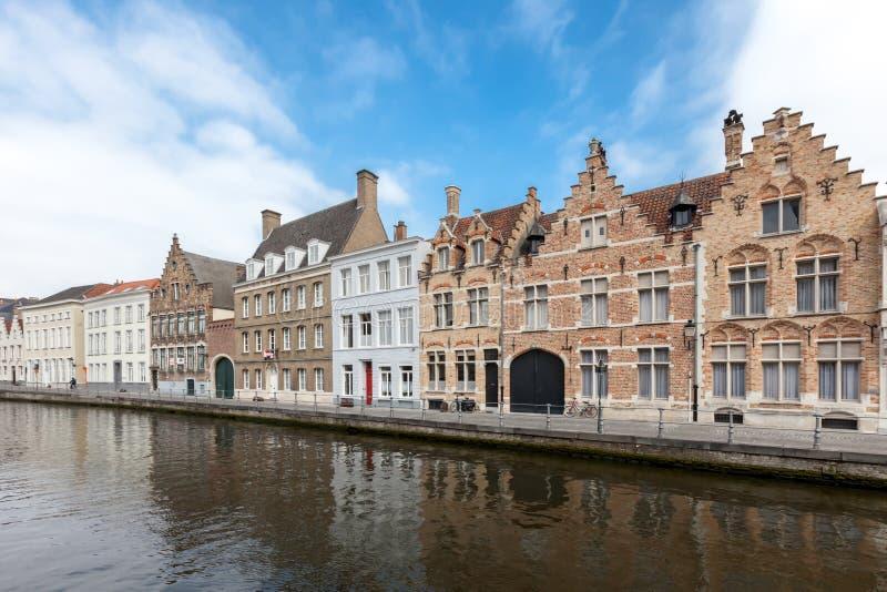 Huizen langs de kanalen van Brugge, België Toerismebestemming in Europa royalty-vrije stock afbeelding