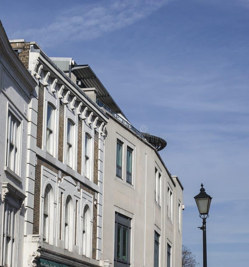 Huizen in Londen, blauwe hemel stock fotografie