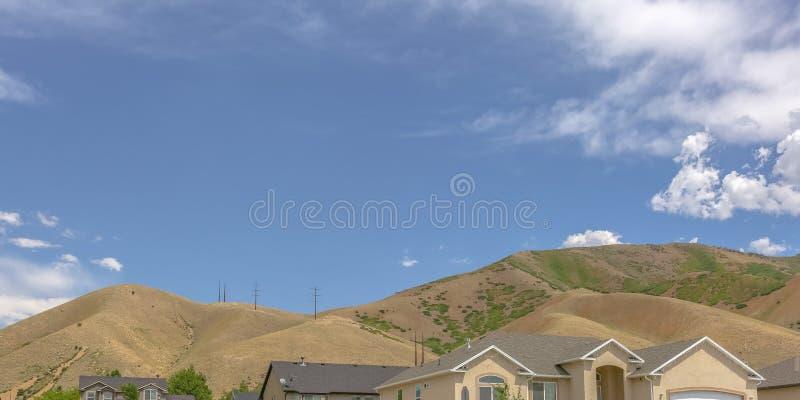 Huizen met heuvels en hemelmeningen in Tooele Utah stock afbeelding